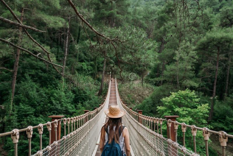 Ευτυχής γυναίκα ταξιδιού στην έννοια διακοπών Ο αστείος ταξιδιώτης απολαμβάνει το ταξίδι της και έτοιμος στην περιπέτεια στοκ φωτογραφία