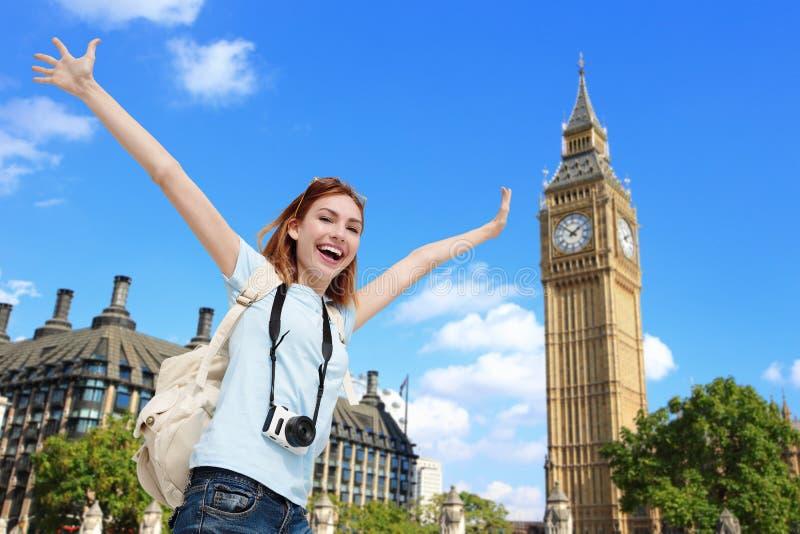 Ευτυχής γυναίκα ταξιδιού στο Λονδίνο στοκ φωτογραφία με δικαίωμα ελεύθερης χρήσης
