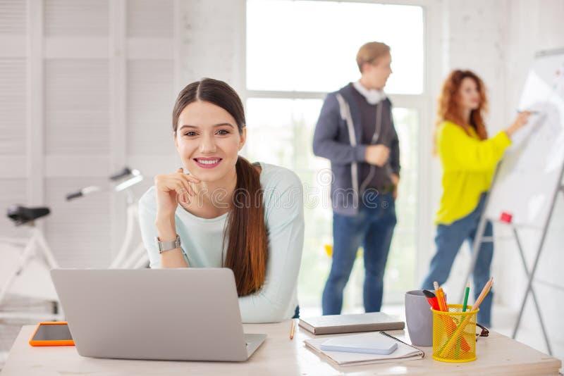 Ευτυχής γυναίκα υπάλληλος που παίρνει έτοιμη να εργαστεί στοκ φωτογραφίες