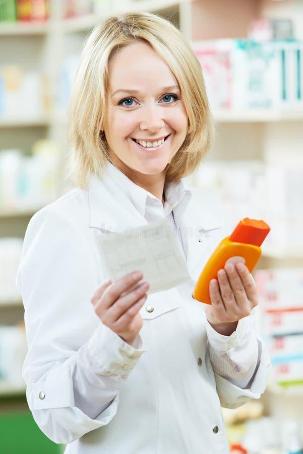 Ευτυχής γυναίκα φαρμακοποιών στο κατάστημα φαρμακείων στοκ φωτογραφία με δικαίωμα ελεύθερης χρήσης