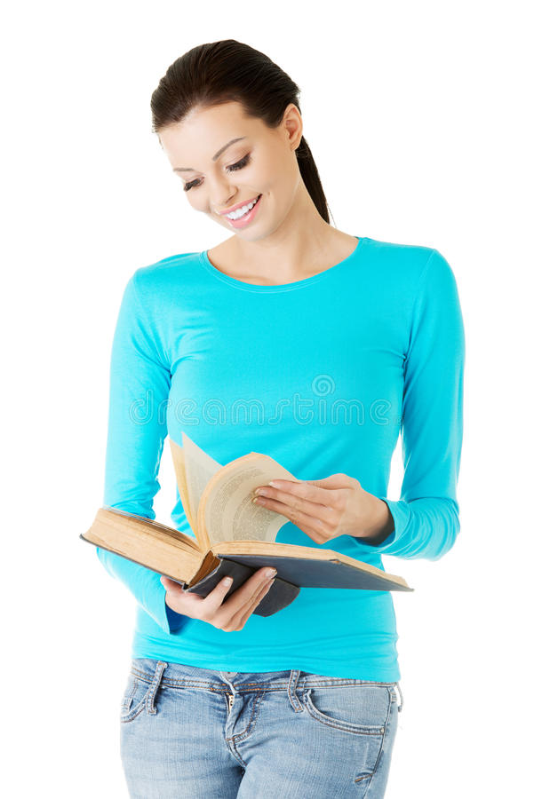 Ευτυχής γυναίκα brunette που διαβάζει το ενδιαφέρον βιβλίο στοκ φωτογραφία με δικαίωμα ελεύθερης χρήσης