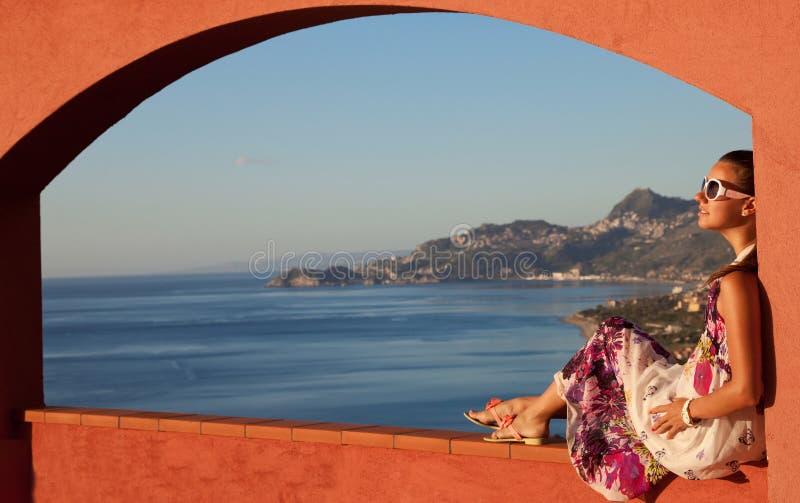 Ευτυχής γυναίκα brunette στις διακοπές στη Σικελία στοκ φωτογραφία