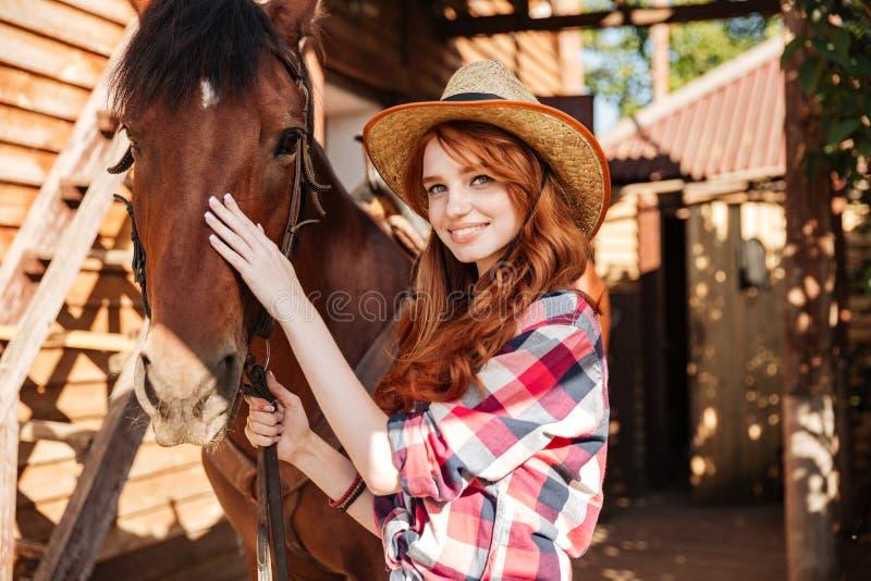 Ευτυχής γυναίκα cowgirl με το άλογό της στο χωριό στοκ φωτογραφία με δικαίωμα ελεύθερης χρήσης