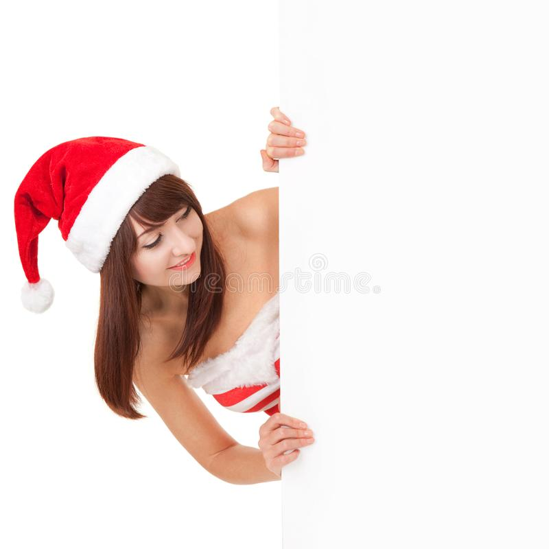 Ευτυχής γυναίκα santa με το λευκό κενό πίνακα στο λευκό Πρότυπο στο καπέλο santa στην αφίσα εγγράφου εκμετάλλευσης στούντιο στοκ εικόνα με δικαίωμα ελεύθερης χρήσης
