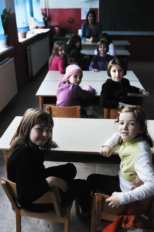 Ευτυχής δάσκαλος στη σχολική τάξη στοκ φωτογραφία
