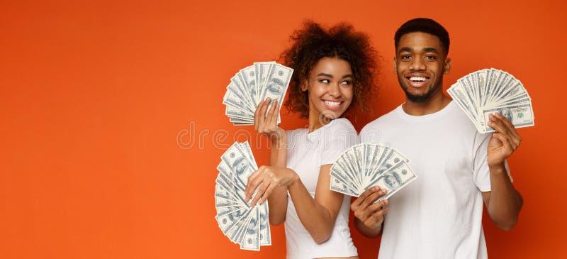 Ευτυχής δέσμη εκμετάλλευσης ζευγών των τραπεζογραμματίων χρημάτων στοκ φωτογραφίες με δικαίωμα ελεύθερης χρήσης