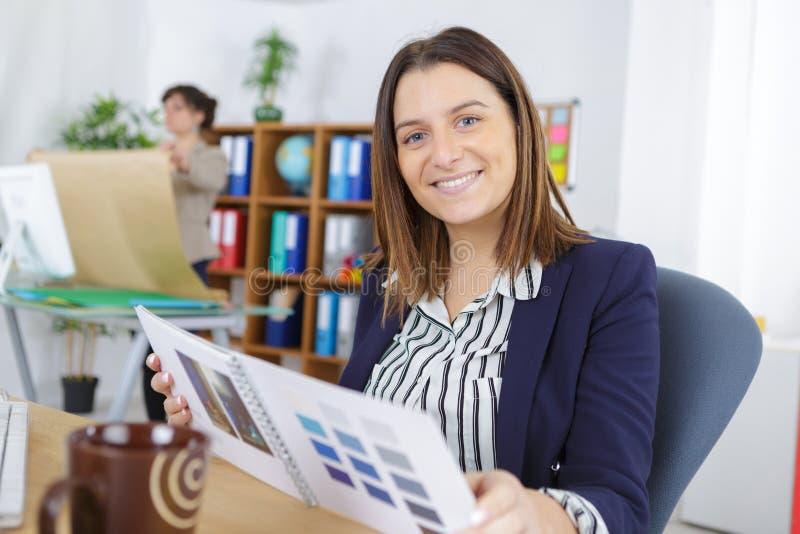 Ευτυχής δημιουργική γυναίκα εργαζόμενος στον εργασιακό χώρο στοκ φωτογραφίες με δικαίωμα ελεύθερης χρήσης