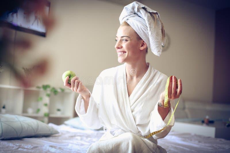 Ευτυχής, διασκέδαση και τακτοποίηση Νέα επιχειρησιακή γυναίκα στο πρωί στοκ φωτογραφίες