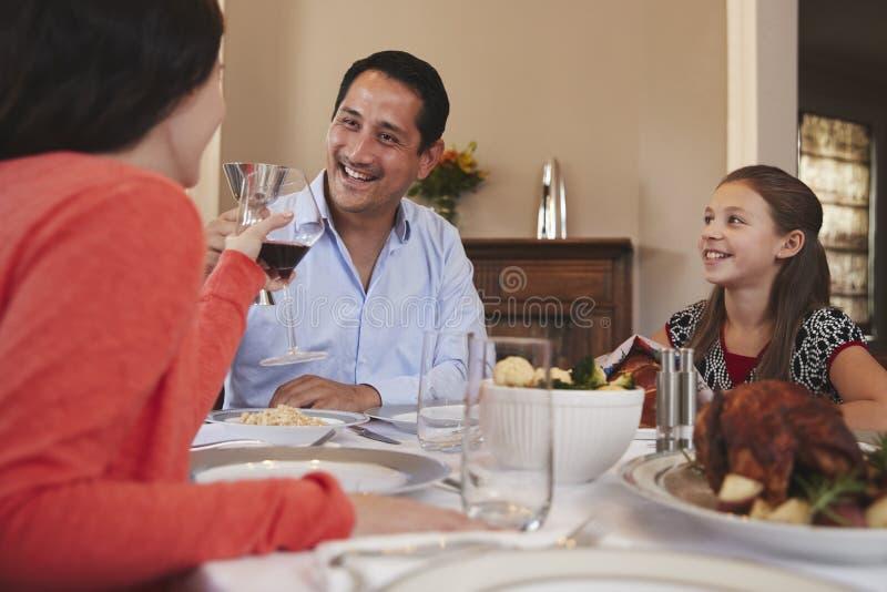 Ευτυχής εβραϊκή οικογένεια που αυξάνει τα γυαλιά πριν από το γεύμα Shabbat στοκ εικόνες