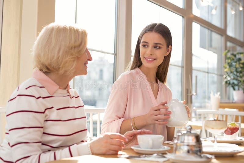 Ευτυχής εγγονή που έχει το μεσημεριανό γεύμα με τη γιαγιά της στοκ φωτογραφία με δικαίωμα ελεύθερης χρήσης