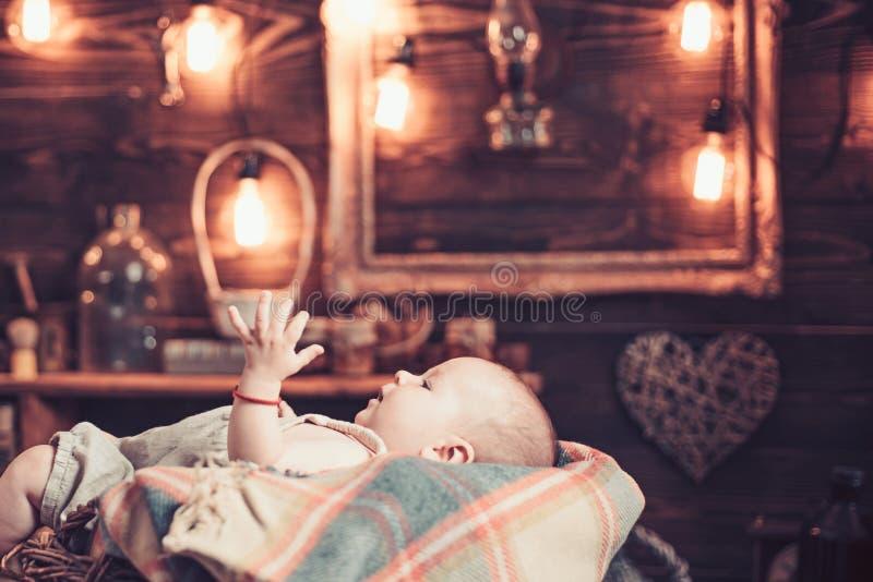 Ευτυχής εγκυμοσύνη Πορτρέτο ευτυχούς λίγο παιδί r r r Παιδική ηλικία και ευτυχία r στοκ εικόνα με δικαίωμα ελεύθερης χρήσης