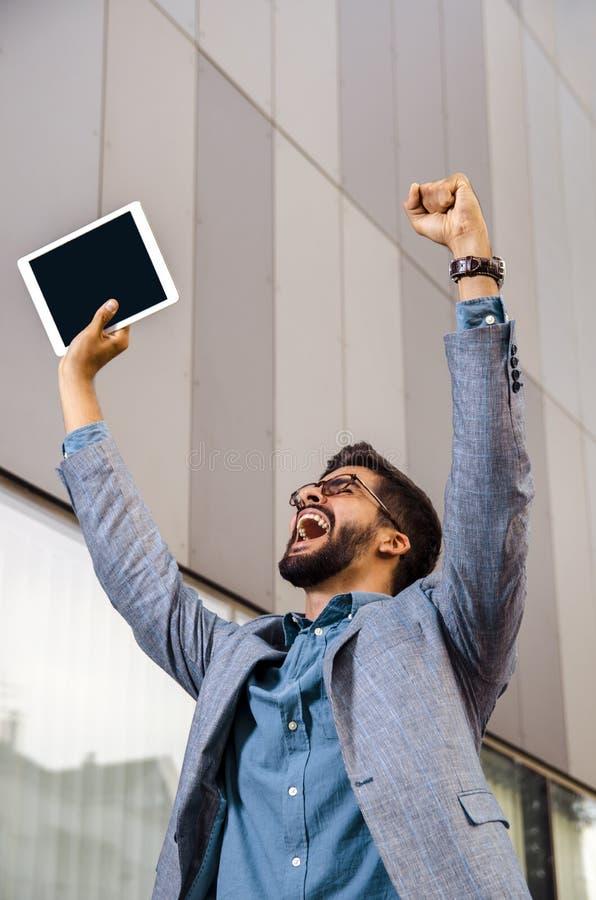 Ευτυχής εκστατικός επιχειρηματίας με την ταμπλέτα στοκ φωτογραφία με δικαίωμα ελεύθερης χρήσης