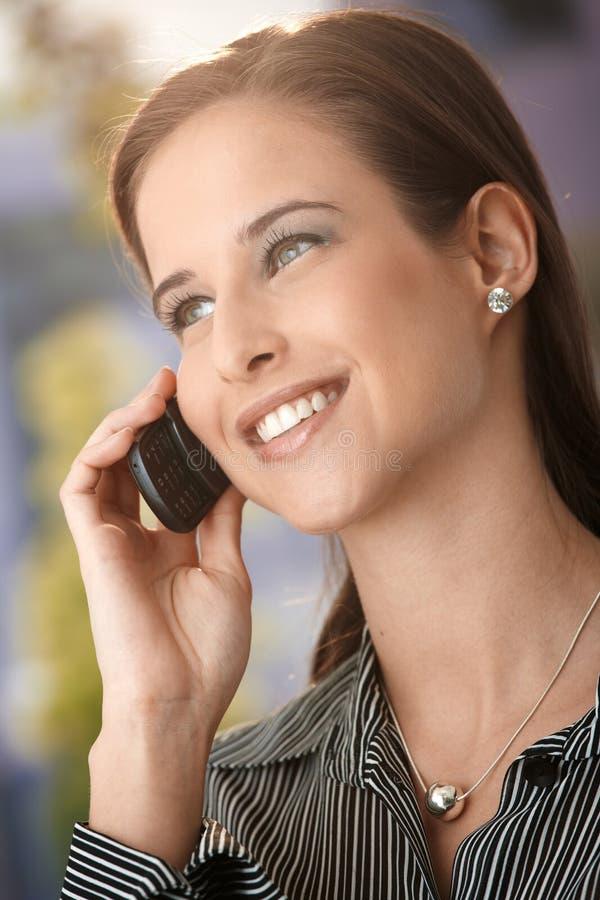 Ευτυχής ελκυστική γυναίκα στο τηλεφώνημα στοκ φωτογραφία με δικαίωμα ελεύθερης χρήσης