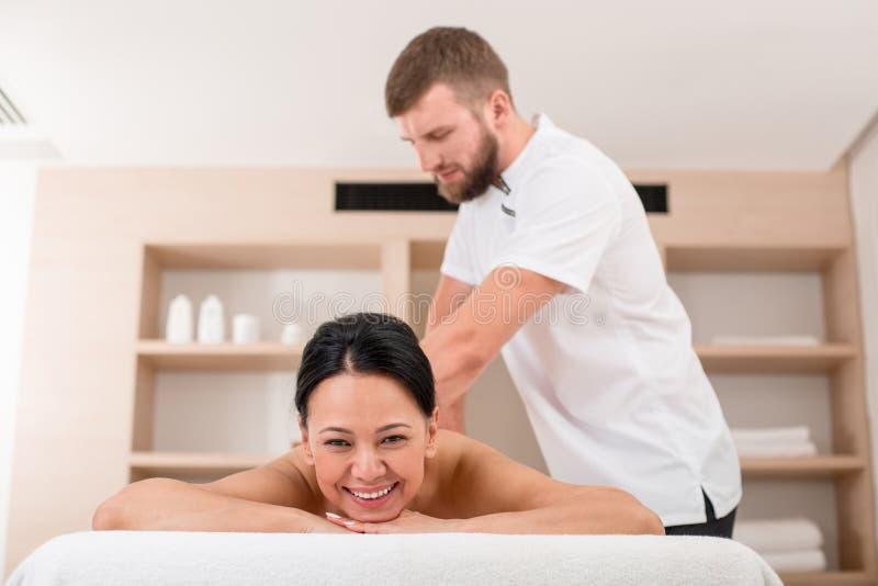 Ευτυχής ενήλικη θηλυκή παίρνοντας διαδικασία στο κέντρο wellness στοκ εικόνες με δικαίωμα ελεύθερης χρήσης