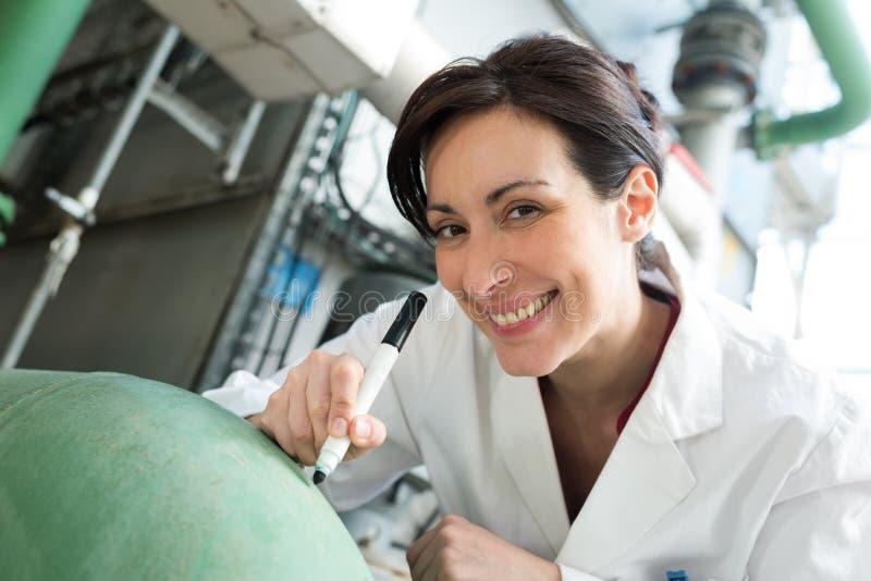 Ευτυχής επιστήμονας γυναικών στο εργαστήριο στοκ εικόνα