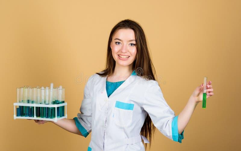 Ευτυχής επιστήμονας γυναικών στο εργαστήριο Εργαστήριο σχολικής χημείας καλά αποτελέσματα γιατρός γυναικών με τη δοκιμή του σωλήν στοκ φωτογραφία με δικαίωμα ελεύθερης χρήσης