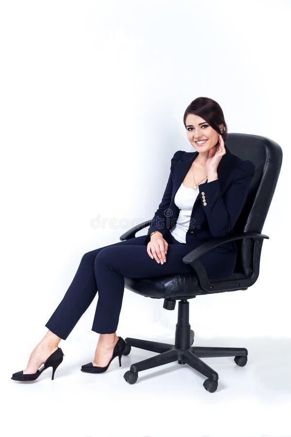 Ευτυχής επιτυχής επιχειρησιακή γυναίκα στην καρέκλα γραφείων στο άσπρο υπόβαθρο στοκ εικόνες με δικαίωμα ελεύθερης χρήσης