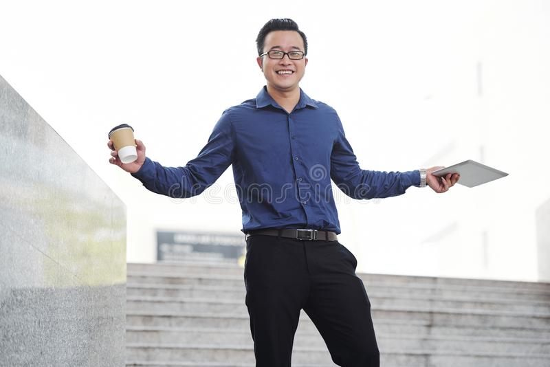 Ευτυχής επιτυχής νέος βιετναμέζικος επιχειρηματίας στοκ φωτογραφία με δικαίωμα ελεύθερης χρήσης
