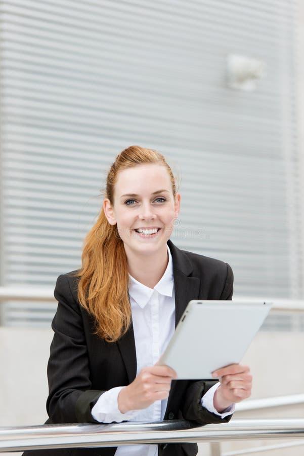Ευτυχής επιχειρηματίας με την ψηφιακή ταμπλέτα στοκ εικόνα
