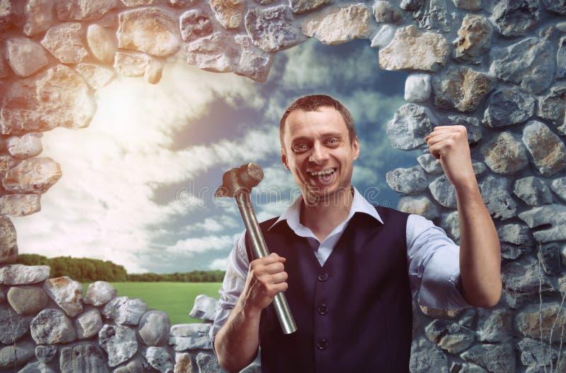 Ευτυχής επιχειρηματίας με το σφυρί στοκ εικόνα με δικαίωμα ελεύθερης χρήσης
