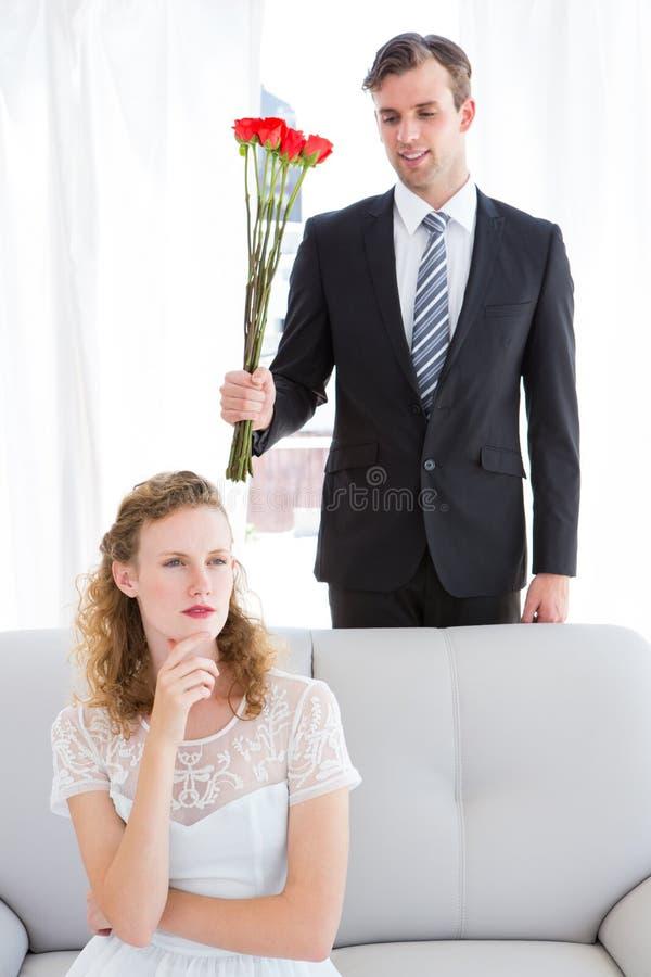 Ευτυχής επιχειρηματίας που δίνει τα τριαντάφυλλα στη φίλη του στοκ φωτογραφία με δικαίωμα ελεύθερης χρήσης