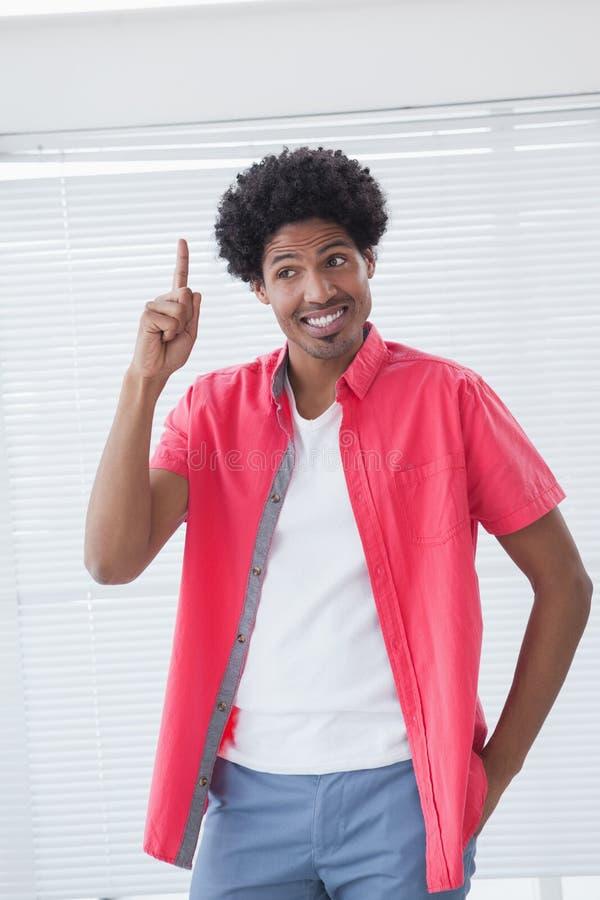 Ευτυχής επιχειρηματίας που δείχνει επάνω με το δάχτυλο στοκ φωτογραφίες