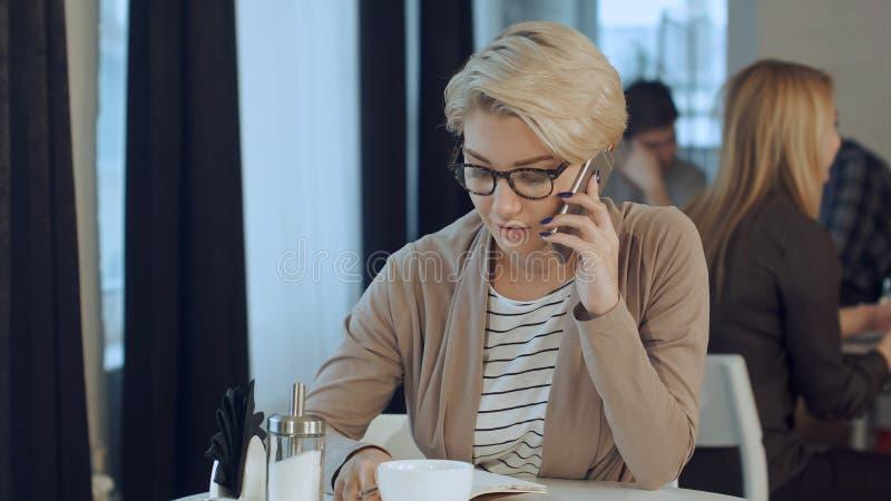 Ευτυχής επιχειρηματίας που μιλά στο τηλέφωνο σε μια καφετερία στοκ φωτογραφία με δικαίωμα ελεύθερης χρήσης