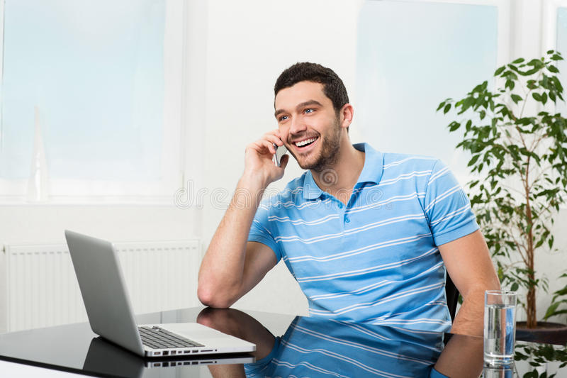 Ευτυχής επιχειρηματίας που μιλά στο κινητό τηλέφωνο στοκ φωτογραφία με δικαίωμα ελεύθερης χρήσης