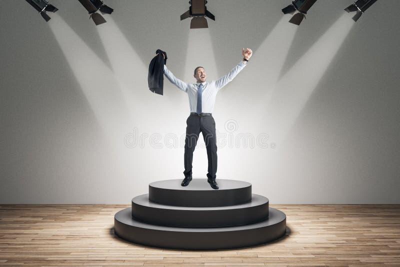 Ευτυχής επιχειρηματίας στο βάθρο στοκ φωτογραφία με δικαίωμα ελεύθερης χρήσης