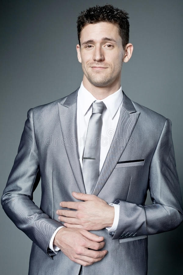 Ευτυχής επιχειρηματίας στο γκρίζο κοστούμι. στοκ εικόνα