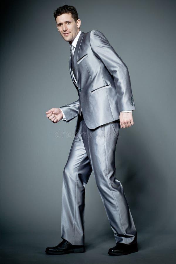 Ευτυχής επιχειρηματίας στο γκρίζο κοστούμι. στοκ φωτογραφία με δικαίωμα ελεύθερης χρήσης