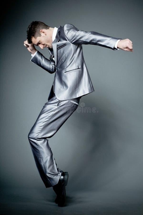 Ευτυχής επιχειρηματίας στο γκρίζο κοστούμι. στοκ φωτογραφία