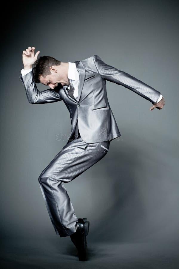 Ευτυχής επιχειρηματίας στο γκρίζο κοστούμι. στοκ φωτογραφίες