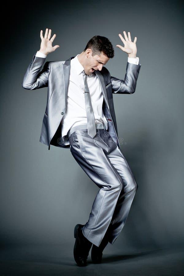 Ευτυχής επιχειρηματίας στο γκρίζο κοστούμι. στοκ εικόνες