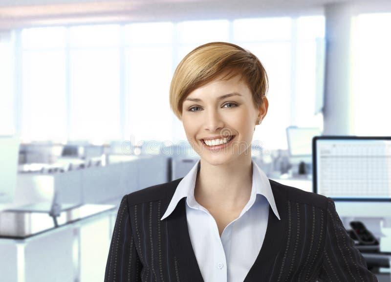 Ευτυχής επιχειρηματίας στο εταιρικό γραφείο στοκ εικόνες με δικαίωμα ελεύθερης χρήσης