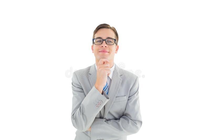 Ευτυχής επιχειρηματίας Geeky που σκέφτεται με το χέρι στο πηγούνι στοκ εικόνα με δικαίωμα ελεύθερης χρήσης