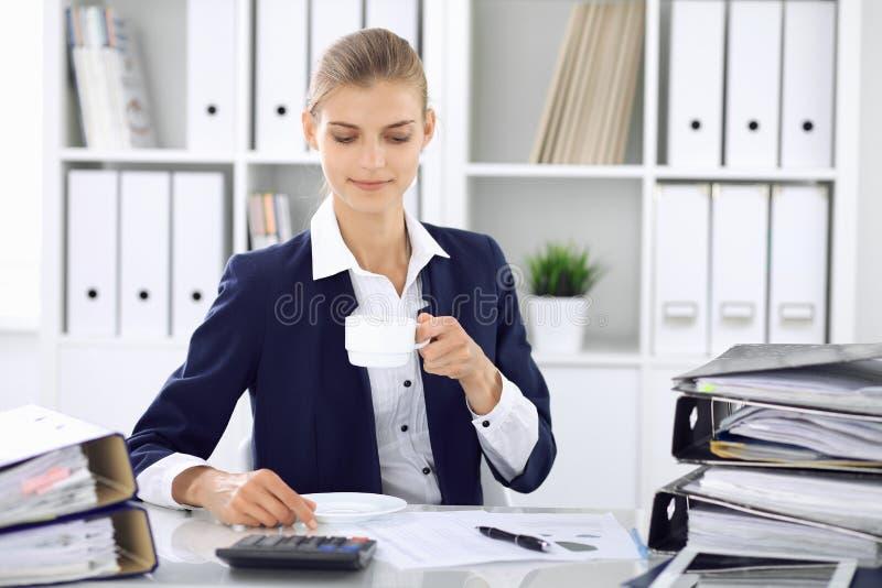 Ευτυχής επιχειρησιακή γυναίκα ή θηλυκός λογιστής που έχει μερικά πρακτικά για το χρόνο από και την ευχαρίστηση στη θέση εργασίας  στοκ εικόνες με δικαίωμα ελεύθερης χρήσης