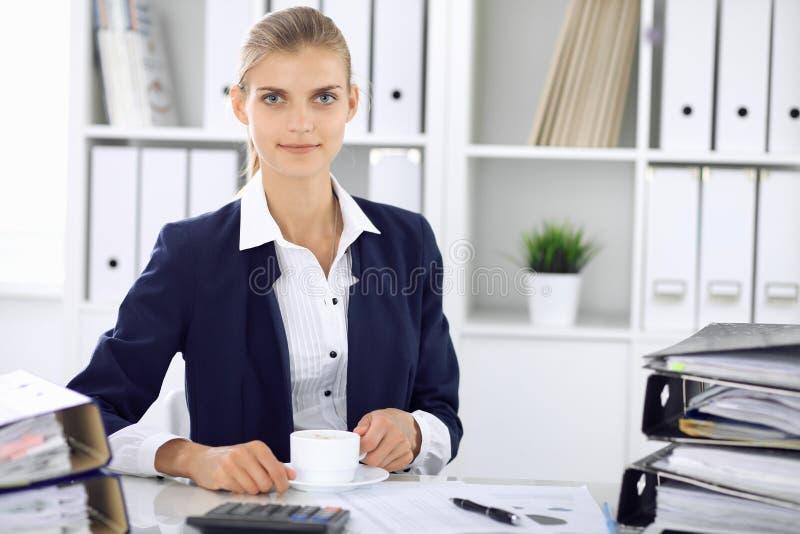 Ευτυχής επιχειρησιακή γυναίκα ή θηλυκός λογιστής που έχει μερικά πρακτικά για το χρόνο από και την ευχαρίστηση στη θέση εργασίας  στοκ φωτογραφίες