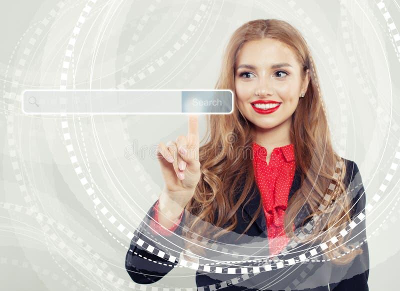 Ευτυχής επιχειρησιακή γυναίκα που δείχνει τον κενό φραγμό διευθύνσεων στην εικονική μηχανή αναζήτησης Ιστού Seo, μάρκετινγκ Διαδι στοκ φωτογραφίες