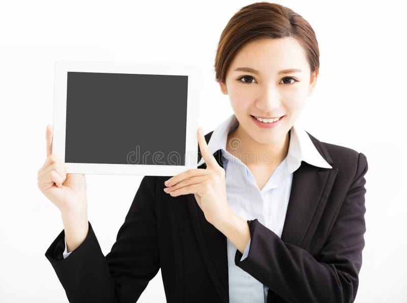 Ευτυχής επιχειρησιακή γυναίκα που παρουσιάζει την ταμπλέτα στοκ εικόνες