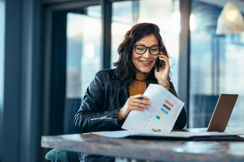 Ευτυχής επιχειρησιακή γυναίκα στον εργασιακό χώρο της στοκ φωτογραφίες με δικαίωμα ελεύθερης χρήσης