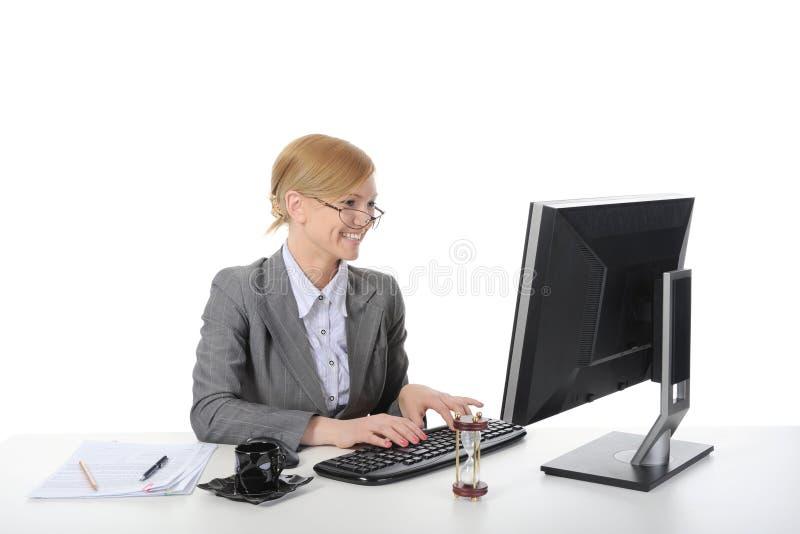 Ευτυχής επιχειρησιακή γυναίκα στο γραφείο. στοκ εικόνες