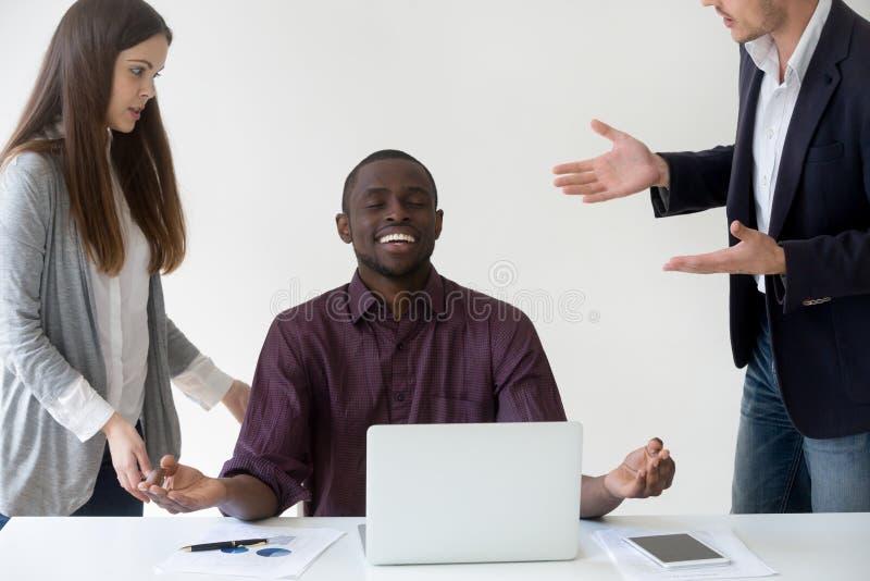 Ευτυχής εργαζόμενος αφροαμερικάνων που μεσολαβεί φθάνοντας στο νιρβάνα στην εργασία στοκ εικόνες