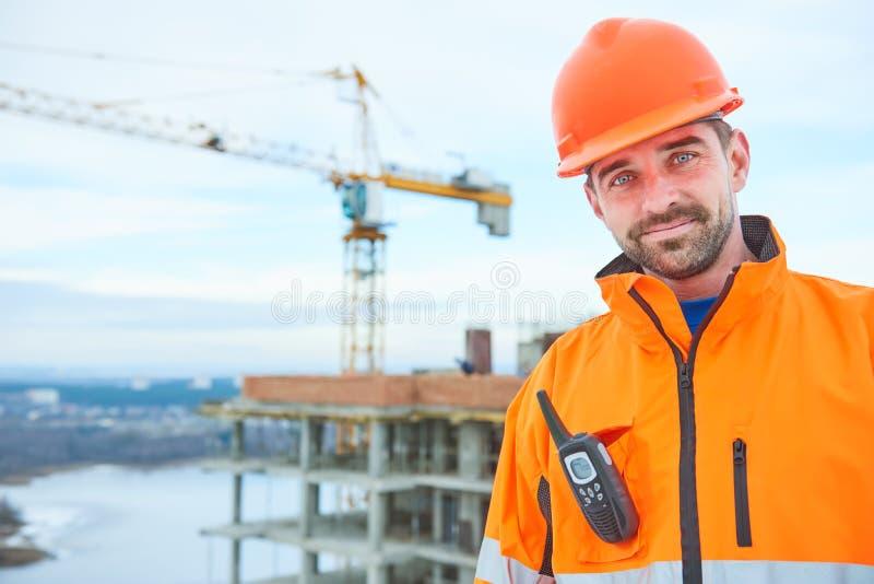 Ευτυχής εργαζόμενος οικοδόμων στο εργοτάξιο οικοδομής στοκ φωτογραφίες