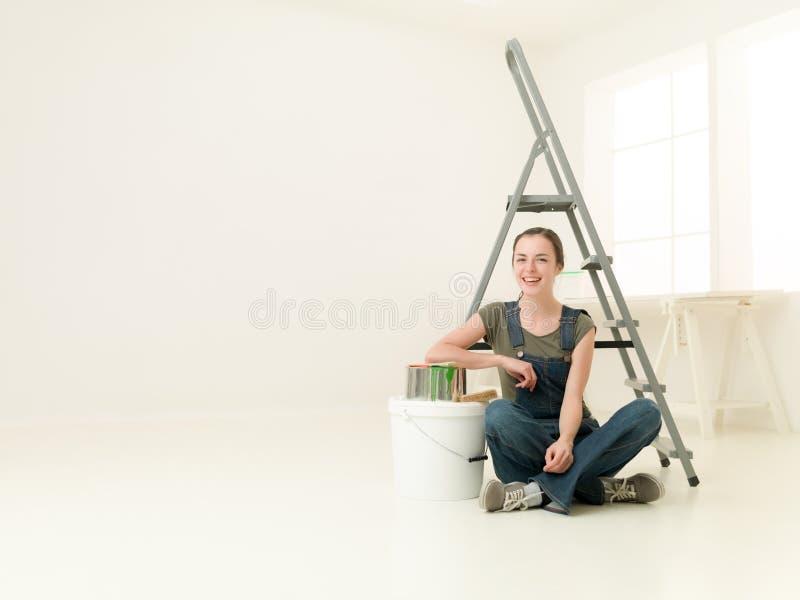 Ευτυχής εργασία κοριτσιών στοκ εικόνα με δικαίωμα ελεύθερης χρήσης