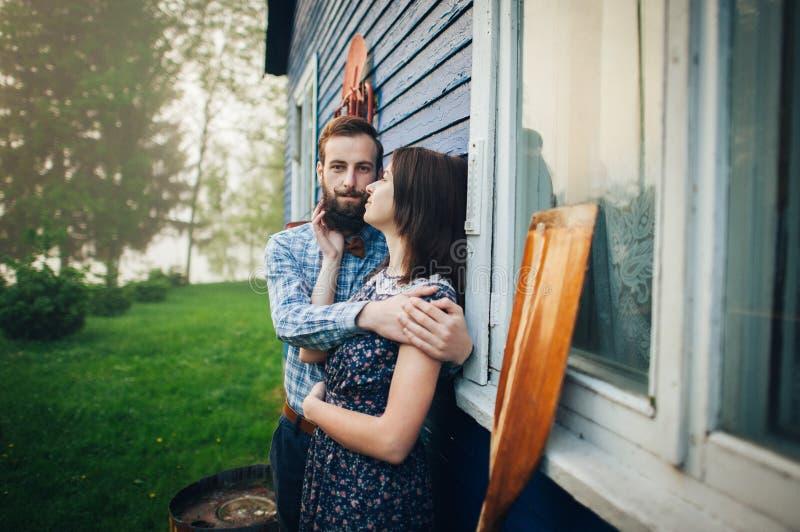Ευτυχής ερωτευμένη απόλαυση ζευγών κοντά στο σπίτι στοκ φωτογραφία με δικαίωμα ελεύθερης χρήσης