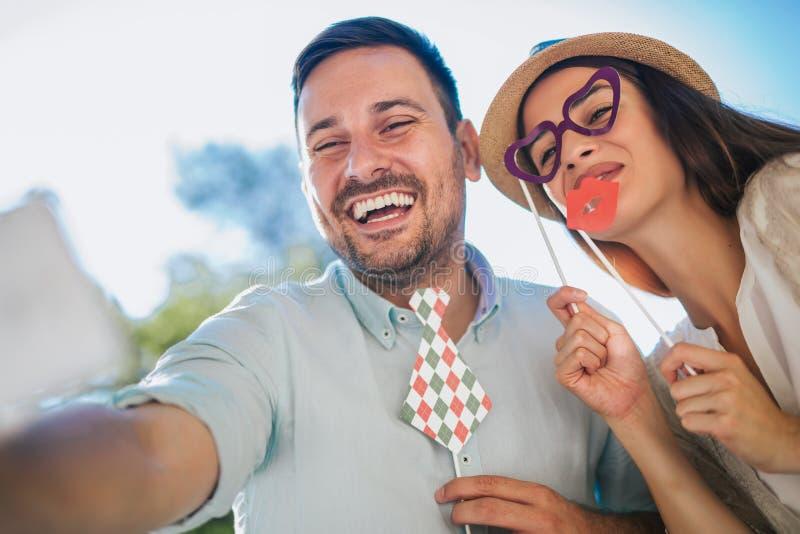 Ευτυχής ερωτευμένη παραγωγή ζευγών selfie στοκ εικόνες
