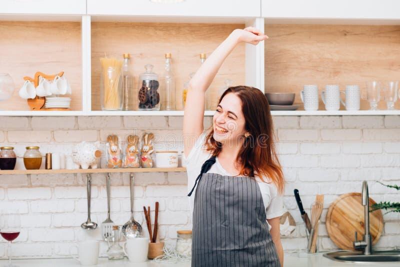 Ευτυχής ευχαρίστηση διασκέδασης μαγειρέματος χορού ποδιών νοικοκυρών στοκ εικόνα με δικαίωμα ελεύθερης χρήσης