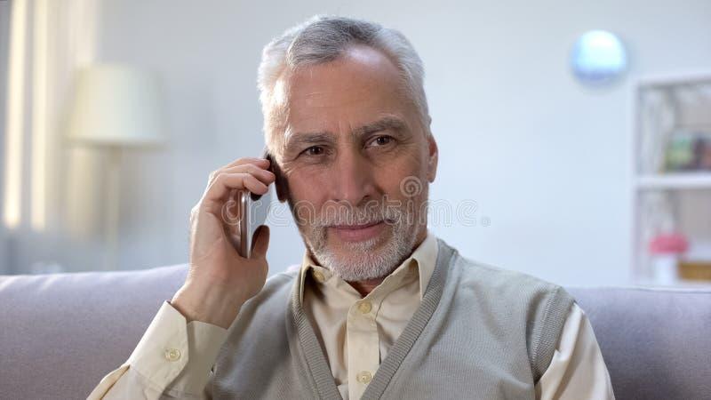 Ευτυχής ηληκιωμένος που λαμβάνει τις καλές ειδήσεις στο κινητό τηλέφωνο, φτηνός κινητός προμηθευτής, περιπλάνηση στοκ εικόνες με δικαίωμα ελεύθερης χρήσης