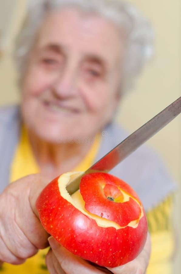 Ευτυχής ηλικιωμένη γκρίζος-μαλλιαρή γυναίκα στοκ εικόνες